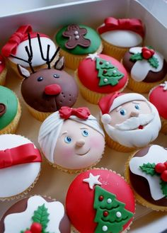 Cute Christmas cupcakes - I love Mrs Claus' face next to Santa's face :)