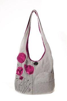 Sac bandoulière en denim gris orné des fleurs coquelicots délicates qui apportent charme et féminité à ce sac. Un sac fantaisie pour vous faire sourire. Confortable et original, très pratique, parfait pour la vie quotidienne et pour un style decontracté (école, bureau, vacances).