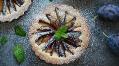 Sezóna švestek je tu! Zkuste tentokrát místo klasického koláče připravit tyto menší tartaletky s mandlovou náplní. Nejen že vypadají božsky, ale stejně tak i chutnají.