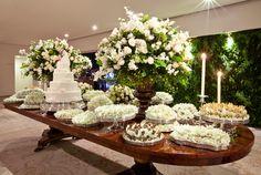 decoração de casamento branco e verde Cake Table, Dessert Table, Wedding 2017, Dream Wedding, Grazing Platter Ideas, Large Flower Arrangements, Barn Parties, Party Catering, Wedding Decorations