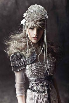 美女と鎧風ドレス。フォトグラファーNyree Mackenzieが撮影したファッション写真「Queen of kings Editorial」 | ARTIST DATABASE