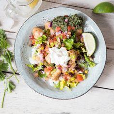 Burrito ohne Tortilla: Mexikanische Leckereien wie Reis, Guacamole, Salsa, Hähnchen und Gemüse gemeinsam in eine Schüssel füllen und genießen.