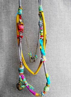 bijoux fait-main textile. bijoux de tissu. Collier en tissu