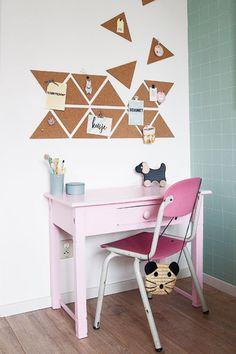 Op deze lieve meisjeskamer staat een vintage bureautje met een heel origineel prikbord - #wonenvoorjou