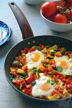 Szakszuka z cukinią - prosty przepis na śniadanie z jajkami - zobacz! Aga, Good Food, Food And Drink, Meals, Lunch, Cooking, Breakfast, Ethnic Recipes, Fitness