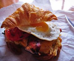 Croissant breakfast sandwich...all the relative food groups: egg, bacon, grilled tomato slice and shoestring hash browns... Bacon Fries, Cheese Fries, Breakfast Croissant, Breakfast Sandwich Recipes, Croissant Sandwich, Hashbrown Breakfast, Waffle Sandwich, Hash Browns, Fried Egg Burger