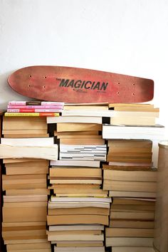 http://insidecloset.com/anemone-tarnos-13/ skate board, style; books