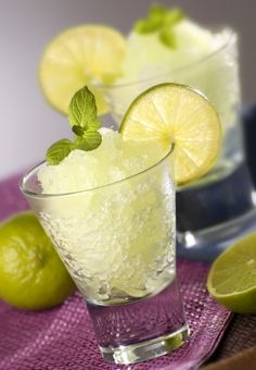 Perfect for a fancier-than-sorbet summertime dessert, this granita packs a little extra punch. Desserts Rafraîchissants, Frozen Desserts, Frozen Treats, Summer Desserts, Refreshing Desserts, Refreshing Summer Drinks, Yummy Drinks, Dukan Diet Recipes, Cooking Recipes