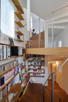 1階から3階へと大きく蛇行しながらダイナミックに連なる空間。