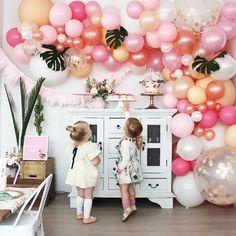 Deux enfants regardent les gâteaux d'anniversaire
