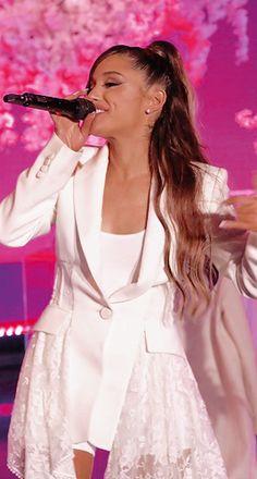 Ariana Grande Live Performing on the 'Ellen Degeneres' Show in LA Ariana Grande Cute, Ariana Grande Outfits, Ariana Grande Pictures, Ariana Grande Wallpaper, Thank U, Dangerous Woman, American Singers, Selena Gomez, My Idol