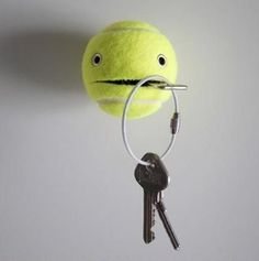 Tennis Ball as a key Holder. A genius idea to DIY a functional, funny and adorable key holder with a tennis ball. See the tutorial Wall Key Holder, Key Holders, Letter Holder, Diy Gifts For Boyfriend, Diy Home Decor, Diy Projects, Diy Crafts, Upcycled Crafts, Repurposed
