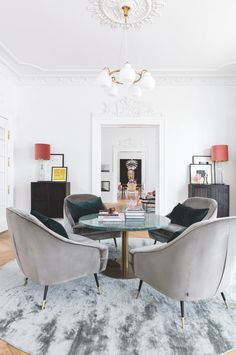 Living room with lounge chairs and a custom-made marble table. Modern Farmhouse Table, Round Coffee Table, Decor Room, Mid Century Style, Home Accents, Home Kitchens, Home Accessories, Ikea, Dining Table