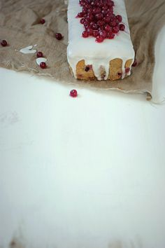 on krachym bottom: Grandmother with earl gray tea and currants - Earl Grey tea and red currant loaf cake