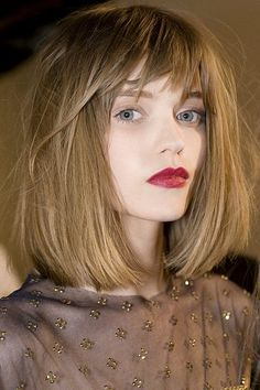 Long bob haircuts are also now trendy. People who fear cutting their hair too short can surely opt for these long bob haircuts. Bob Hairstyles With Bangs, Wig Hairstyles, Bob Bangs, Bob Haircuts, Haircut Bob, Choppy Bangs, Blunt Bangs, Blunt Bob, Lob With Bangs