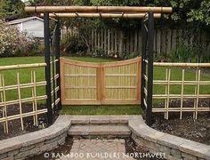 Natural Bamboo Fence Ideas for Your Garden. Not only an iron fence, concrete, or wood. Now natural bamboo fence is also a favorite of many, ranging from rural people to people who live in the ci. Bamboo Garden Fences, Garden Gates, Fence Planters, Fence Landscaping, Backyard Fences, Pool Fence, Japanese Bamboo, Japanese Fence, Farm Fence