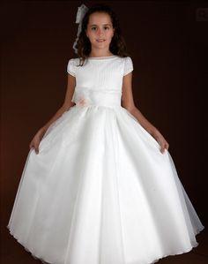 Precioso vestido de comunión en gasa en tres colores: blanco, beige y beige oscuro. Lleva calados en cuello y mangas, y jaretas en el cuerpo del vestido. Se completa con dos lazos de gasa, para la cintura y como tocado para el cabello.