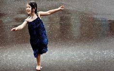 imagen-de-niña-bajo-la-lluvia