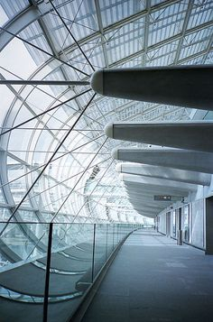 Charles de Gaulle International Airport Airport Architecture, Floating Architecture, Classical Architecture, Architecture Details, Steel Structure Buildings, Bridge Design, Roof Design, Air France, Arquitetura