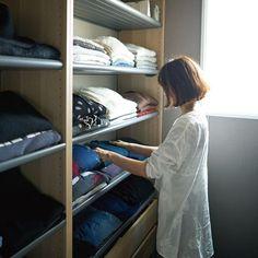 ウォークインクローゼットに奥行きの浅いワードローブを設置するアイディア。アパレルショップのように服を平置きすることで、服選びが楽しくなる見せる収納に♪スペースの活かし方で、収納の幅が広がります。 . #一条工務店 #家は性能 #アイスマート #ismart #マイホーム #丁寧な暮らし #シンプルな暮らし #暮らしを楽しむ #シンプルライフ #ていねいな暮らし #注文住宅 #家づくり #収納 #収納アイデア #ウォークイン #ウォークインクローゼット #見せる収納 #洋服収納 #整理整頓 #WIC #クローゼット収納 #服の収納 #ショップ風 Buy Wardrobe, Closet Drawers, Walk In Closet, Dressing Room, Wardrobes, Interior Design Living Room, New Homes, How To Plan, Storage
