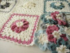 おはようございます今編み編み中のブランケット✿大きなお花のブランケットオーダー主さまのご要望で濃いグレーの所をピンクに変更してますカラーの部分のお花を一気...