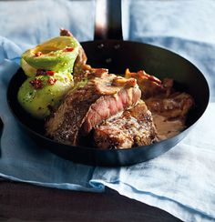 Sirloin with gorgonzola and bacon sauce and avocado salad is the perfect recipe with avocados. Find these and other avocados recipes on EatOut Cooking The Perfect Steak, Perfect Food, Healthy Meals To Cook, Healthy Recipes, Lamb Ribs, Avocado Salad Recipes, Light Recipes, Food Hacks, Entrees