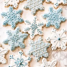 100 Christmas Cookies Decorations That Are Almost Too Pretty To Be Eaten - Hike n Dip Here are the best Christmas Cookies decorations ideas for your inspiration. These Christmas Sugar Cookies decorated with royal icing are cutest desserts. Christmas Wreath Cookies, Snowflake Cookies, Iced Cookies, Royal Icing Cookies, Cookies Et Biscuits, Holiday Cookies, Snowflake Party, Frozen Cookies, Cute Christmas Desserts