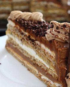 Prethodnih nekoliko dana malo ko je ostao ravnodušan na kremastu tortu koja se vrti po društvenim mrežama. Donosimo recept, a Vi procijenite da li je opravdala očekivanja! Torta je toliko kremasta da se kore jedva osjecaju, ispadne dosta velika, ali se brzo i pojede jer je ljepša od bilo koje čokolade. Sastojci: Za kore: …