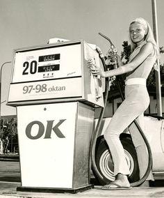 Vintage Deluxe — mudwerks: (via Brudar och bensin) Old Gas Pumps, Vintage Gas Pumps, Vintage Ads, Vintage Signs, Vintage Photographs, Vintage Photos, Pompe A Essence, Old Garage, Garage Art