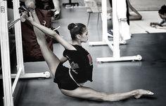 """La ginnastica ritmica è per la maggior parte del mondo """"un balletto con il nastro, la corda (!!!), la palla, l'hula hoop (argh!!!) etc…"""", molti neanche la considerano uno sport perché """"non si suda, non si fatica, poi è una cosa solo per femmine no?!?"""". NO. Il sudore, la fatica e il sacrificio ci sono eccome, solo che le ginnaste sono talmente brave...  By Licia Tasini  #ginnasticaritmica #ginnastica #vertiger #vertigemag"""