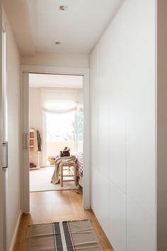 00447113 O. Vestidor en el pasillo del dormitorio 00447113 O Room, House, Interior, Built Ins, Decorating Small Spaces, Home Reno, House Styles, Laundry Design, House Interior