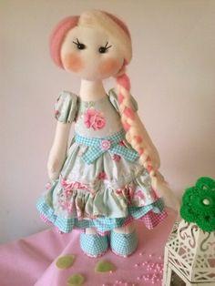 A Boneca Penélope, em estilo russo, é confeccionada em algodão cru, com enchimento sintético siliconado (70%). Articulada, ela fica em pé e sentadabsem a necesdidade de suporte. Vestidinho 100% algodão. Um sonho de Boneca para agradar crianças de todas as idades. Presente encantador e decoração muito fofa. Seus cabelos mesclados são feitos  com lã merino natural. R$ 155,00