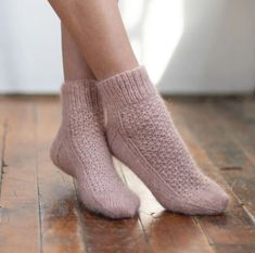 Free knitting pattern for textured ankle socks pretty Lace Socks, Wool Socks, Ankle Socks, Knitting Socks, Knitted Gloves, Knitting Patterns Free, Free Knitting, Knit Patterns, Knitted Socks Free Pattern