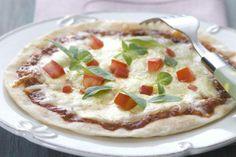 Uma ótima pedida é preparar uma refeição rápida e deliciosa de pizza com massa pronta e recheio de mussarela. Além de deliciosa, a receita tem pouquíssimas calorias. Vale a pena conferir: http://abr.ai/1geMsWq