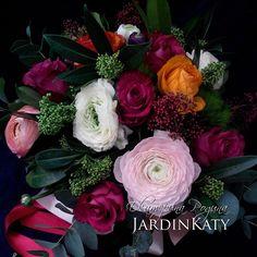 Яркий и сочный букет с розами и крупными ранункулюсами!