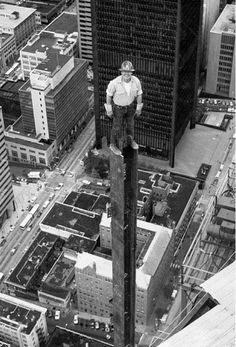New York City - Badass Ironworker, construction. Photo b/w, city view, history. I sure hope that he is not afraid of hights! Pictures Of The Week, Old Pictures, Old Photos, Funny Pictures, Safety Pictures, Foto Picture, Construction Worker, Bridge Construction, Jolie Photo