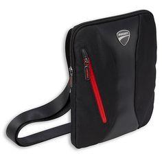 Uniwersalna torba na ramię. Wykonana z poliestru i eco skóry z regulowanym paskiem i elementami odblaskowymi. Z logo marki Ducati. Wym. 23x30x2 cm. #ducati