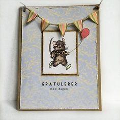 Håndlaget bursdagskort med en glad mus, vimpler og ballong.