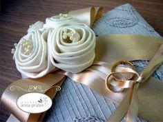 Almofada Porta Alianças - Modelo Rústico Chique, Linda almofada feita a mão, medida 20x20cm, com tecido rústico bordado a mão, flores em tecido offwhite e fita de cetim dourada.