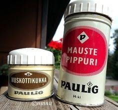 Söpöläiset piti ostaa maustehyllyä koristamaan. Mausteineen päivineen. Taitavat ajoittua 60-luvun puolelle ? Lehtikuvassa (Kodin kuvalehti...
