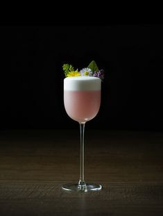 The Cocktailian's Guide to Edible Flowers - Moody Mixologist edible flowers and other foraged flora Cocktail Syrups, Cocktail Garnish, Cocktail Glass, Cocktail Recipes, Cocktail Photography, Food Photography, Kombucha, Cocktails Made With Gin, Lavender Syrup