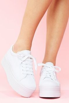 Inspirational Platform High Heels from 26 of the Amazing Platform High Heels collection is the most trending shoes fashion this winter. This Platform High Heels look related to sneakers, shoes… Sneakers Mode, Sneakers Fashion, Fashion Shoes, Fashion Clothes, Sneakers For Kids, Shoes Sneakers, Women's Fashion, Fashion Outfits, Runway Fashion