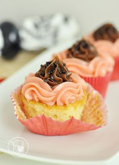 Cupcakes napolitanos de brigadeiro | Cupcakeando Ice Cream Cookie Cake, Cupcake Cream, Holiday Cupcakes, Mini Cupcakes, Cupcake Cakes, Cap Cake, Brownies, Cupcake Flavors, Pasta
