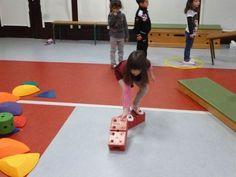 Ecole Maternelle Sonia Delaunay - Se déplacer en s'équilibrant : le défi des caissettes Sonia Delaunay, Social Environment, Grande Section, Educational Programs, Motor Activities, Activity Games, Pre School, Kindergarten, Basketball Court