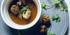 Bulion grzybowy: do garnka wlać wodę, dodać obrane z mięsa kości z kurczaka, dodać wcześniej namoczo... Chicken, Meat, Cooking, Food, Kitchen, Essen, Meals, Yemek, Brewing