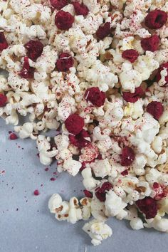 White Chocolate Raspberry Cheesecake Popcorn // Feast + West Sweet, tart and crunchy, this popcorn can be a snack or a dessert Gourmet Popcorn, Flavored Popcorn, Popcorn Recipes, Snack Recipes, Gourmet Foods, Shrimp Recipes, Cake Recipes, Dessert Recipes, Cooking Recipes