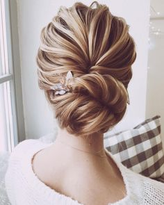 Wedding Hairstyles Updo Looking for gorgeous wedding hairstyle? classic chignon, textured updo or a chic wedding updo with a pretty details. These wedding updos are perfect for any bride looking for a unique wedding hairstyles. Wedding Hairstyles For Long Hair, Wedding Hair And Makeup, Bun Hairstyles, Updo Hairstyle, Bridal Hairstyles, Bridesmaids Hairstyles, Casual Hairstyles, Hairstyle Ideas, Hair Updos For Medium Hair