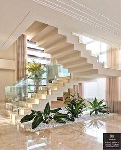 Quando a escada é tão linda que roupa a cena do ambiente via @desingdecor Projeto by Arquitetare