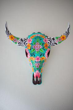 Ring-a-rosie buffalo skull Deer Skull Art, Cow Skull Decor, Deer Skulls, Hippie Accessoires, Painted Animal Skulls, Buffalo Skull, Antler Art, Cow Head, Skull Painting