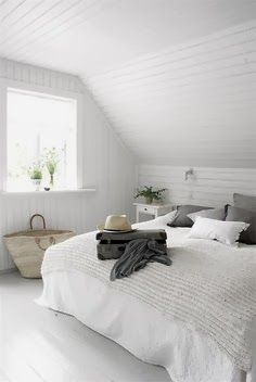 Habitación con cama de matrimonio en tonos neutros